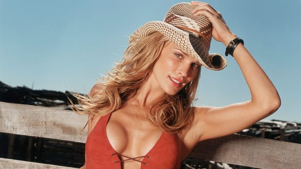 molly-sims-hat-lead.jpg