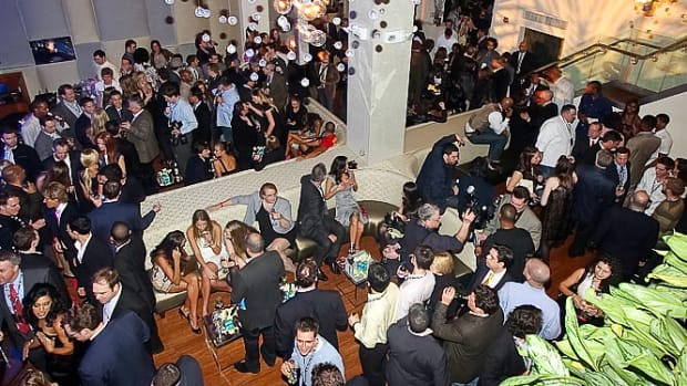 09_crowd_party.jpg