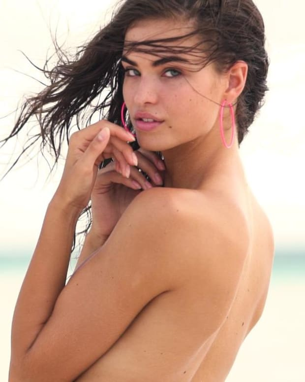 Robin Holzken is Absolutely Beautiful in The Bahamas