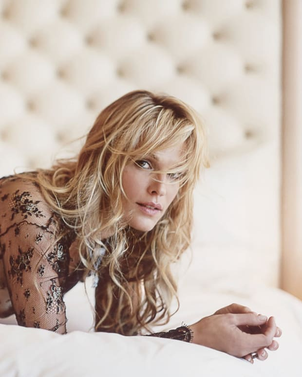 Molly Sims takes her clothes off in Vegas