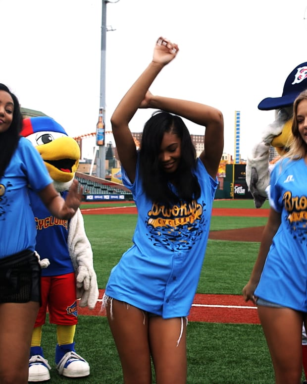 Ariel, Chanel and Hannah Ferguson vs Cyclones' Mascot Dance-off (image)