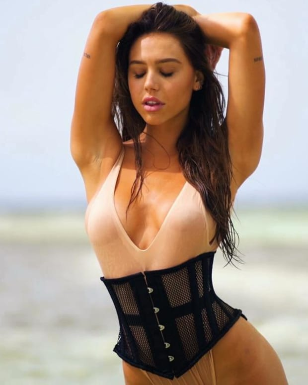 Alexis Ren heats things up in Aruba