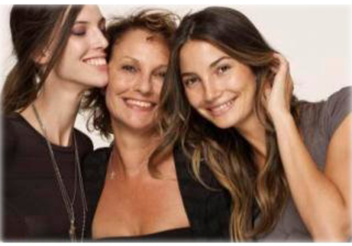 With younger sister, model Ruby Aldridge (left) and mother and former model Laura Lyons (center)