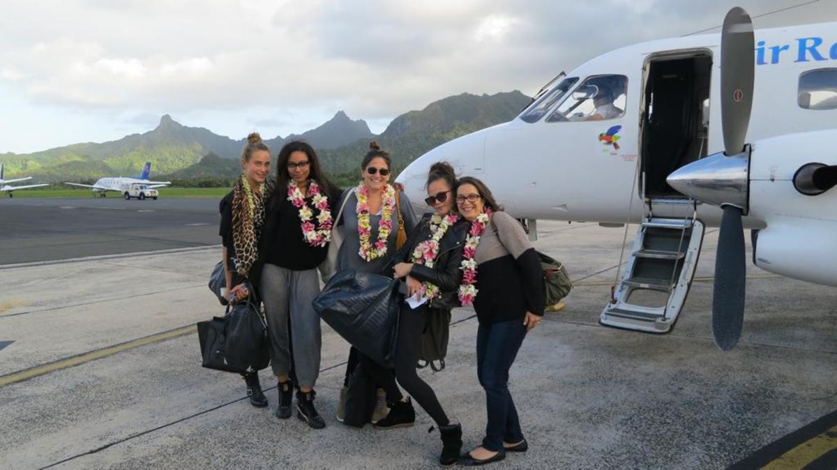 Hannah Jeter, Ariel Meredith, Hillary Drezner, Chrissy Teigen and Karen Carpenter in the Cook Islands.